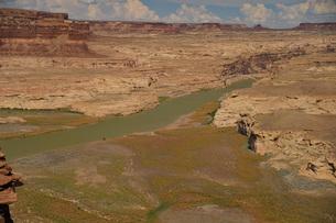コロラド川にかかる橋 不毛の大地の写真素材 [FYI04771108]