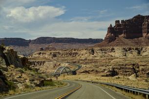 荒野の橋のある風景 シーネックロードをドライブ ユタ州の写真素材 [FYI04771111]