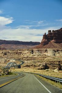 荒野の橋のある風景 シーネックロードをドライブ ユタ州の写真素材 [FYI04771112]