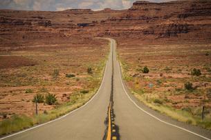 アメリカ中西部の荒野へと続く道の写真素材 [FYI04771115]