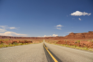 シーネックロード 荒野へ続く真っ直ぐな道の写真素材 [FYI04771117]