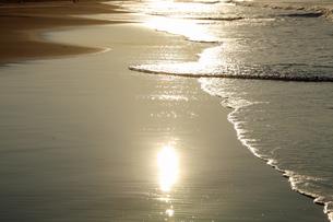 (壁紙用)海岸の波と砂がつくる絵模様 -南房総海岸にて-の写真素材 [FYI04771156]