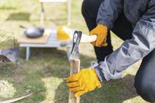 薪を割る男性の手元の写真素材 [FYI04771309]
