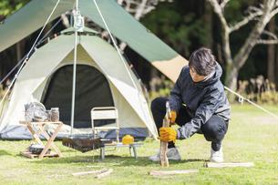 薪を割る男性の写真素材 [FYI04771310]