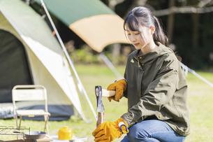薪を割る女性の写真素材 [FYI04771314]