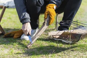 薪を削る男性の手元の写真素材 [FYI04771325]