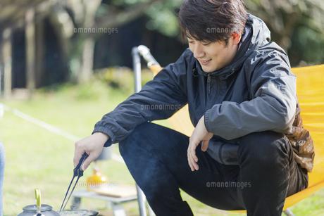 アヒージョを調理する男性の写真素材 [FYI04771327]