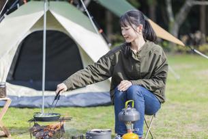 枝豆を炒める女性の写真素材 [FYI04771329]