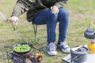 枝豆を炒める女性の写真素材 [FYI04771330]
