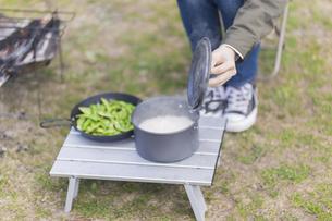 炊きたてのご飯と枝豆の写真素材 [FYI04771332]