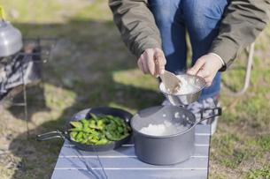 ご飯を盛る女性の写真素材 [FYI04771334]