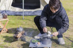 ご飯を盛る男性の写真素材 [FYI04771335]