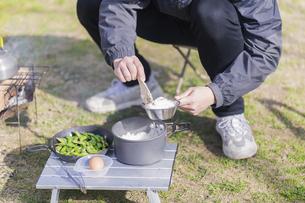 ご飯を盛る男性の手元の写真素材 [FYI04771338]