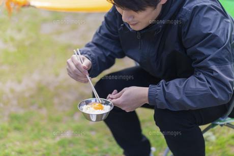 卵かけご飯を食べる男性の写真素材 [FYI04771340]