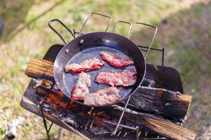 フライパンで焼かれる肉の写真素材 [FYI04771341]