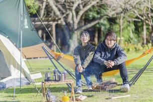 キャンプ場で会話をする男女の写真素材 [FYI04771347]