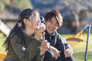 マシュマロを食べる女性の写真素材 [FYI04771356]