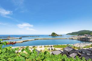 高台から眺める海の景色の写真素材 [FYI04771392]