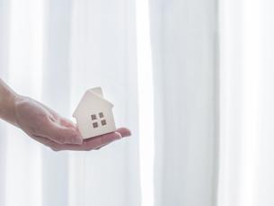 手と家。不動産・家庭・家族・生活などのイメージ。の写真素材 [FYI04771448]