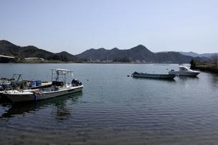 舞鶴湾の漁船の写真素材 [FYI04771497]