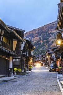 奈良井宿町並み夕景の写真素材 [FYI04771520]