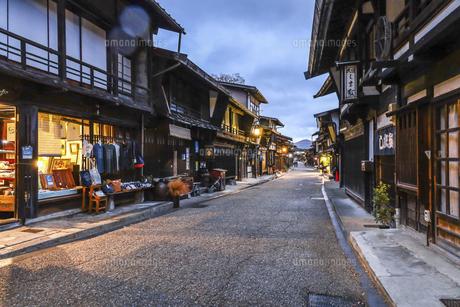 奈良井宿町並み夕景の写真素材 [FYI04771521]