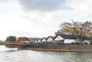 新井田川沿いに建ち並ぶ山居倉庫風景の写真素材 [FYI04771522]