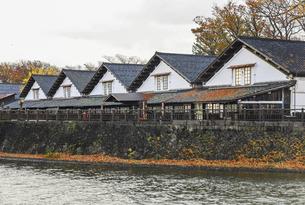 新井田川沿いに建ち並ぶ山居倉庫風景の写真素材 [FYI04771523]