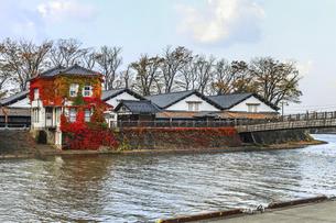 川沿いに見る山居倉庫風景の写真素材 [FYI04771538]