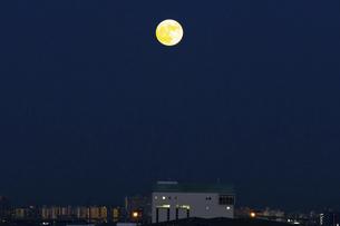 ブルームーンの満月の写真素材 [FYI04771564]