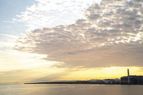 夕焼けの大阪湾の写真素材 [FYI04771566]