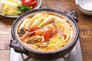 トマト鍋(トムヤム鍋)の写真素材 [FYI04771631]