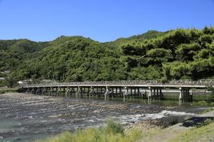 6月 新緑の嵐山渡月橋の写真素材 [FYI04771699]
