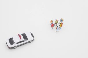 話し合う旅行者を規制するパトカーのミニチュア の写真素材 [FYI04771720]