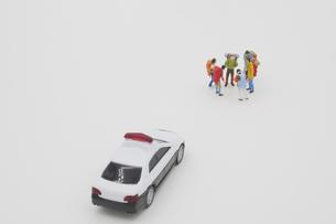 話し合う旅行者を規制するパトカーのミニチュア の写真素材 [FYI04771721]