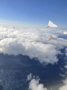 上空を飛ぶ紙飛行機の写真素材 [FYI04771767]