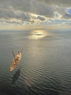大海原に浮かぶ木のボートの写真素材 [FYI04771770]