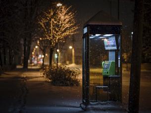 夜の公衆電話の写真素材 [FYI04771795]