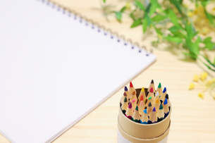 色鉛筆と画用紙の写真素材 [FYI04771904]
