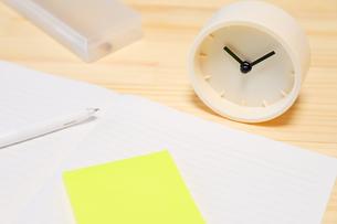 時計とノートと付箋の写真素材 [FYI04771905]