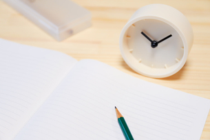時計とノートとえんぴつの写真素材 [FYI04771906]