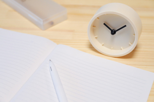 時計とノートの写真素材 [FYI04771907]