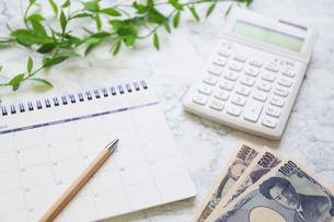 お金とカレンダーと計算機の写真素材 [FYI04771908]