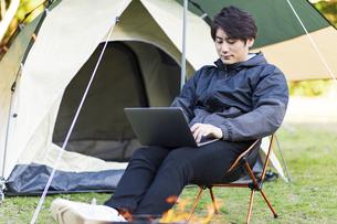 キャンプ場でくつろぐ男性の写真素材 [FYI04771916]