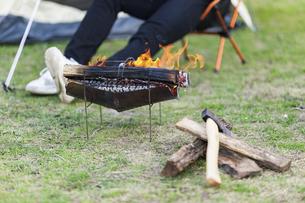 焚き火と薪の写真素材 [FYI04771917]