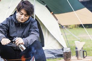 コーヒー豆を挽く男性の写真素材 [FYI04771928]