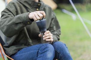 コーヒー豆を挽く女性の写真素材 [FYI04771931]