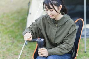 コーヒー豆を挽く女性の写真素材 [FYI04771932]
