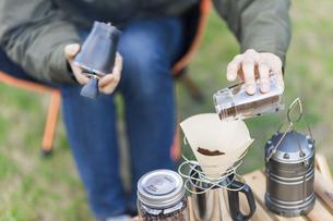 コーヒーを淹れる女性の写真素材 [FYI04771933]