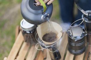 コーヒーを淹れる女性の写真素材 [FYI04771935]